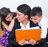 Familie die samen leert royalty-vrije stock foto