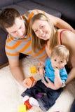 Familie die samen speelt. Royalty-vrije Stock Foto's