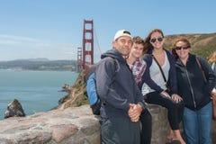 Familie die samen stellen royalty-vrije stock foto's