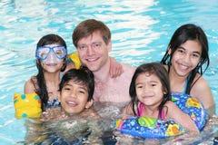 Familie die samen zwemt stock afbeeldingen