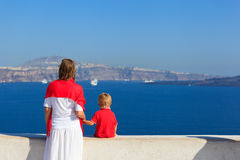 Familie, die Santorini, Griechenland betrachtet stockfotografie