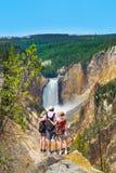 Familie, die schöne Ansicht des Wasserfalls auf dem Wandern von Reise in den Bergen umfasst und genießt stockfoto