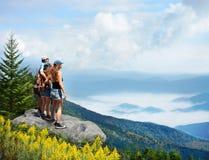 Familie, die schöne Ansicht von nebeligen Bergen ht genießt lizenzfreie stockfotografie