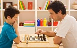 Familie, die Schach spielt Stockbild