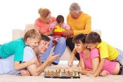 Familie, die Schach spielt Stockfotografie