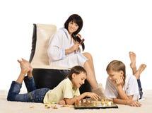 Familie, die Schach spielt stockfotos