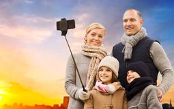 Familie, die selfie über Sonnenuntergang in der Stadt nimmt lizenzfreies stockbild