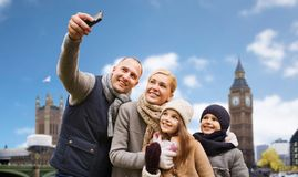 Familie, die selfie durch Smartphone in London-Stadt nimmt stockfotografie