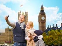 Familie, die selfie durch Smartphone in London-Stadt nimmt stockbild