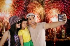 Familie, die selfie Foto im Feuerwerksfestival macht Stockfotografie