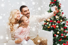 Familie, die selfie mit Smartphone am Weihnachten nimmt Lizenzfreie Stockfotos