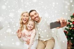 Familie, die selfie mit Smartphone am Weihnachten nimmt Stockbild