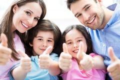 Familie, die sich Daumen zeigt Lizenzfreies Stockbild