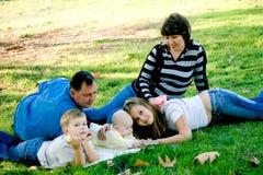 Familie, die sich draußen entspannt lizenzfreies stockfoto