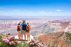 Familie, die sich im Urlaub den schönen Bergblick wandert Reise entspannt und genießt stockbild