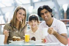 Familie die snack heeft bij koffie Stock Foto