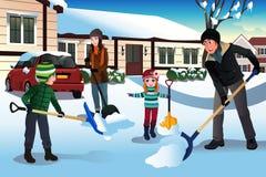 Familie die sneeuw voor hun huis scheppen royalty-vrije illustratie