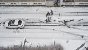 Familie die, sneeuwdag, luchtmening, moederkind naar huis aankomen stock videobeelden