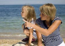Familie, die Spaß auf dem Strand, der Mutter und der Tochter in Meer hat lizenzfreies stockbild