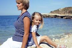 Familie, die Spaß auf dem Strand, der Mutter und der Tochter in Meer hat lizenzfreies stockfoto
