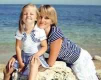 Familie, die Spaß auf dem Strand, der Mutter und der Tochter in Meer hat stockfoto