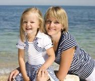 Familie, die Spaß auf dem Strand, der Mutter und der Tochter in Meer hat stockfotografie