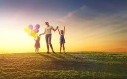 Familie, die Spaß auf Natur hat Lizenzfreies Stockbild