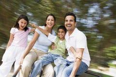 Familie, die Spaß auf spinnendem Karussell hat stockbild