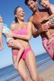 Familie, die Spaß auf Strand hat stockfoto