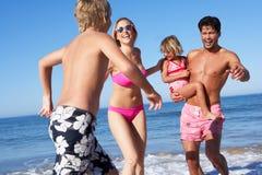 Familie, die Spaß auf Strand hat Lizenzfreie Stockfotografie