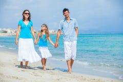 Familie, die Spaß auf tropischem Strand hat Stockfotos