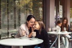 Familie, die Spaß Café im im Freien hat Stockfoto