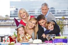 Familie, die Spaß an der Geburtstagsfeier hat Stockfoto