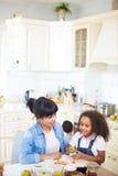 Familie, die Spaß in der Küche hat stockfotografie