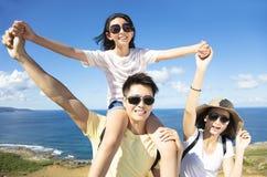 Familie, die Spaß an der Küste hat stockfotografie