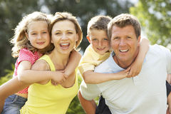 Familie, die Spaß in der Landschaft hat Lizenzfreies Stockbild