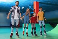 Familie, die Spaß an der Rollschuhlaufeneisbahn hat stockfotografie