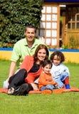 Familie, die Spaß draußen hat Lizenzfreie Stockfotos