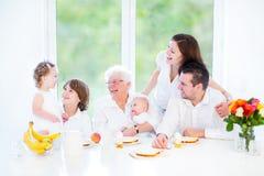 Familie, die Spaß am Frühstück mit Großmutter hat lizenzfreies stockfoto