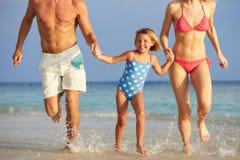 Familie, die Spaß im Meer auf Strandurlaub hat Lizenzfreie Stockfotografie