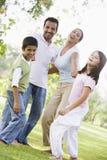 Familie, die Spaß im Park hat Stockbild