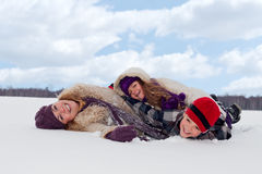 Familie, die Spaß im Schnee hat Stockbilder