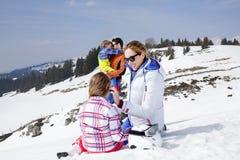 Familie, die Spaß im Schnee hat lizenzfreies stockbild