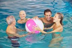 Familie, die Spaß mit Wasserball hat Stockbild