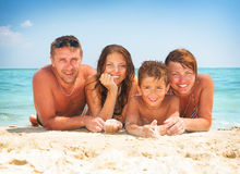 Familie, die Spaß am Strand hat stockfoto