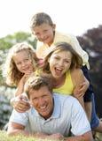 Familie, die Spaß in der Landschaft hat Stockfotos