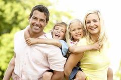Familie, die Spaß in der Landschaft hat Stockfotografie