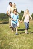 Familie, die Spaß in der Landschaft hat Stockfoto