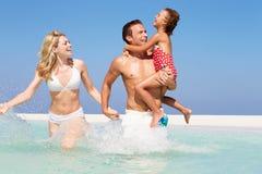 Familie, die Spaß im Meer am Strand-Feiertag hat Stockbild
