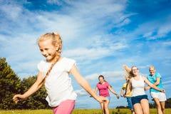Familie, die Sport im Sommer spielt, laufen lässt und tut Stockfoto
